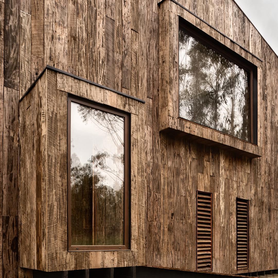 معماری خانه ای جنگلی که تماما از چوب ساخته شده است